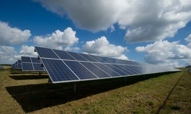 La UCO participa en un estudio para mejorar la eficiencia de los paneles solares